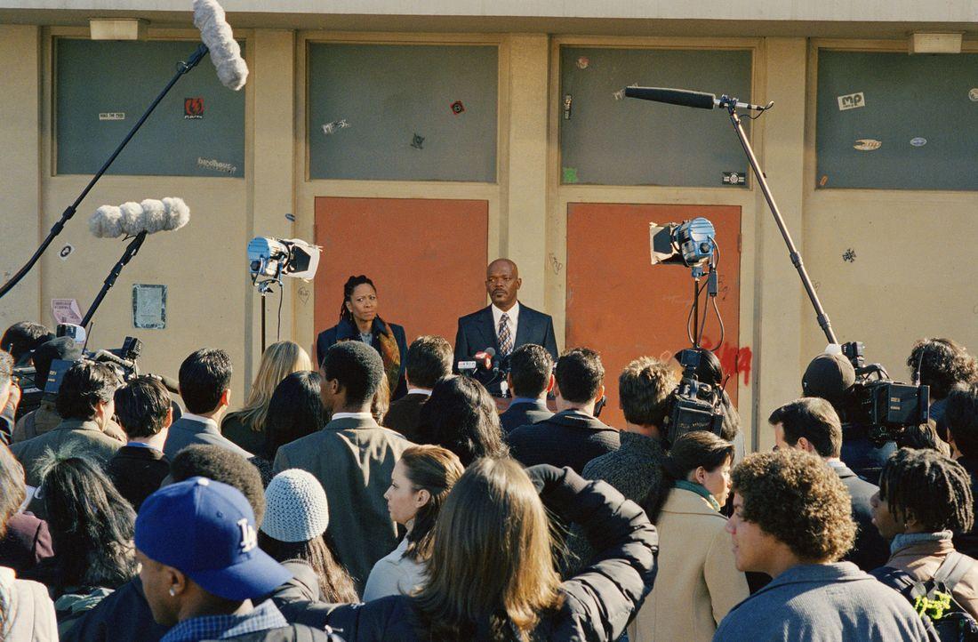 Als er seine Basketballmannschaft wegen schlechter Noten vom Training ausschließt, will Carter (hinten, r.) den Spielern damit eigentlich nur den W... - Bildquelle: CBS International Television