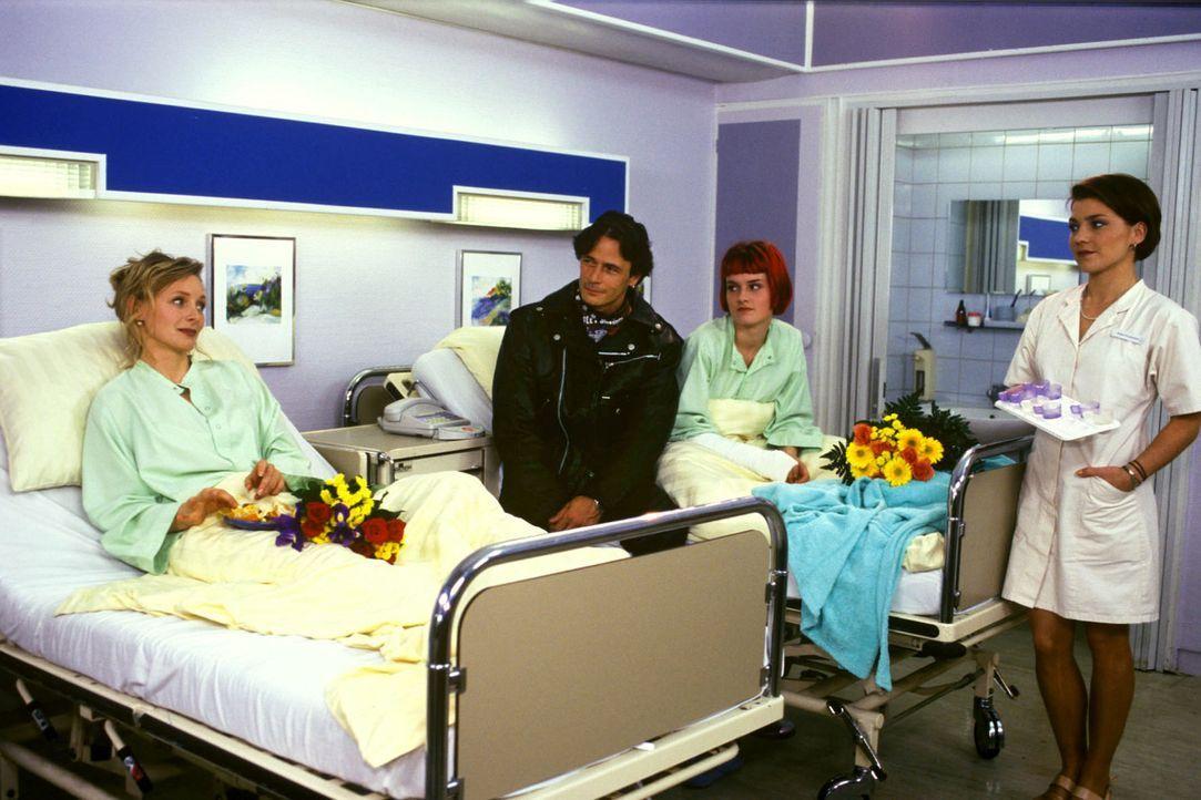 Verkehrsrichterin Sylvia (Marita Marschall, l.) hat es nicht leicht: Erst wird sie mit einer Gallenkolik in die Klinik eingeliefert, dort erfährt s... - Bildquelle: Noreen Flynn Sat.1
