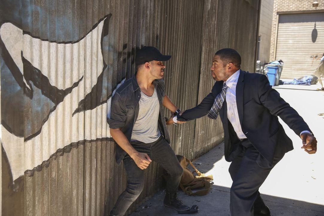 Torres (Wilmer Valderrama, l.), der sechs Monaten zuvor bei einem Undercover-Einsatz verschwand, taucht plötzlich wieder auf und gerät in eine bruta... - Bildquelle: Adam Taylor 2016 CBS Broadcasting, Inc. All Rights Reserved