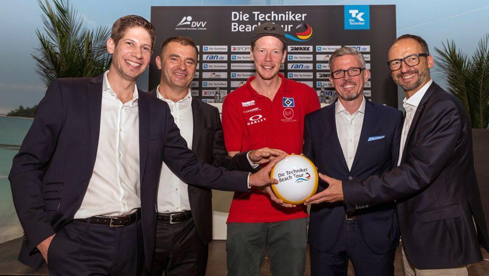 """7Sports-CEO Zeljko Karajica (2.v.li.) bei der Präsentation der """"Die Technike... - Bildquelle: Imago"""