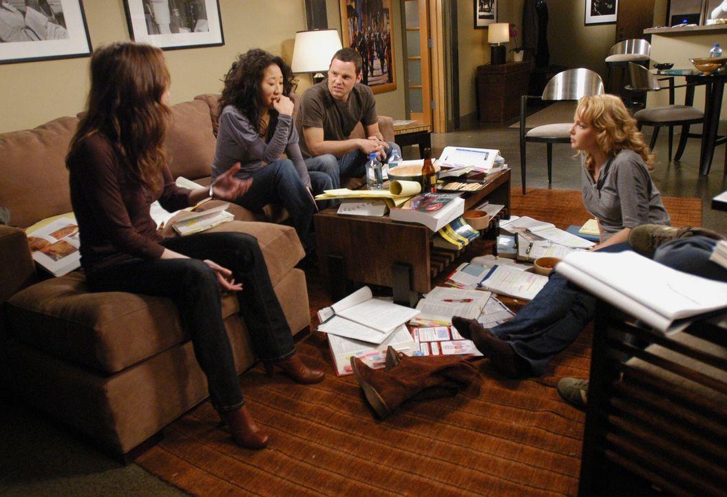 Treffen sich zum Lernen für ihre Abschlussprüfungen: Meredith (Ellen Pompeo, l.), Cristina (Sandra Oh, 2.v.l.), Alex (Justin Chambers, 2.v.r.) und... - Bildquelle: Touchstone Television