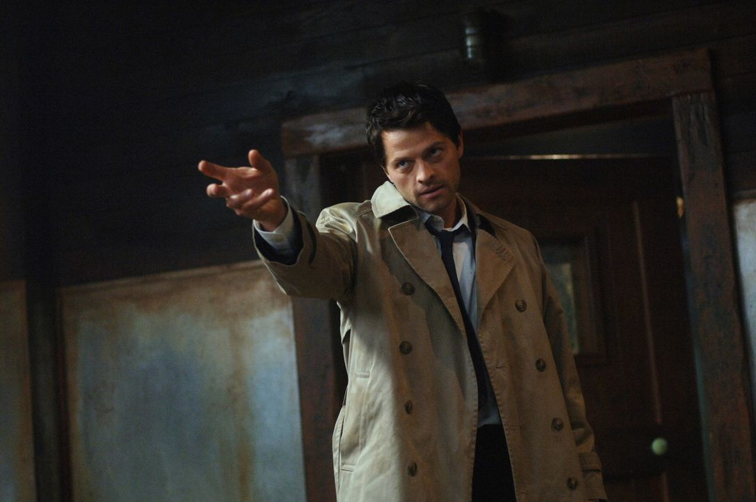Jemand hat Luzifers Schwert gefunden und tötet damit Engel. Castiel (Mischa Collins) und Uriel bitten Geisterjäger Dean, Alastair zu foltern, um d... - Bildquelle: Warner Bros. Television
