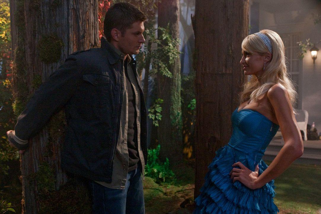 Sam und Dean Winchester (Jensen Ackles, l.) kommen in eine Kleinstadt, in der Menschen auf mysteriöse Weise sterben - ermordet von berühmten Pers - Bildquelle: Warner Bros. Television