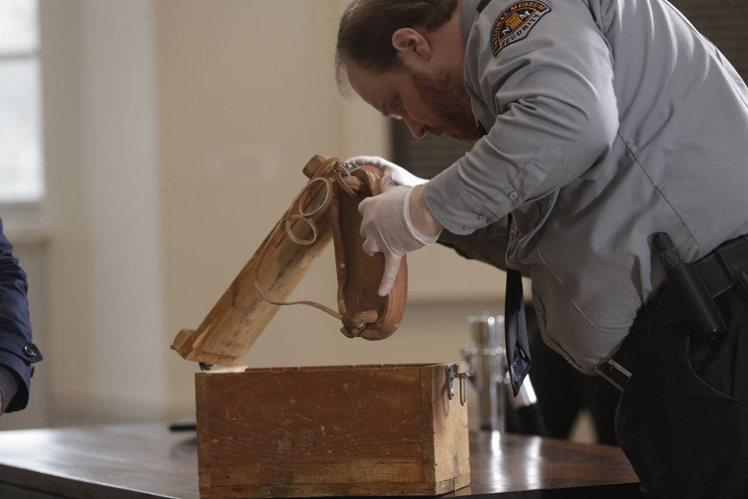 Während Henry und Jo im Museum einen Mordfall untersuchen, verschwindet ein antiker Dolch, der etwas mit Adam zu tun hat ... - Bildquelle: Warner Bros. Television