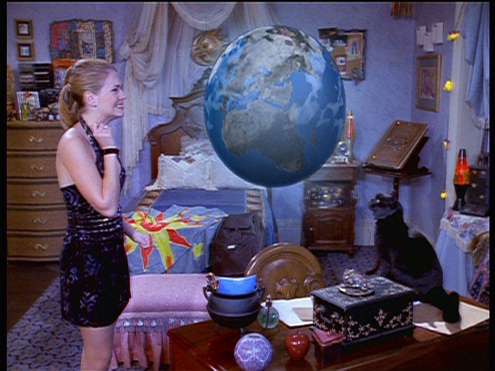 Sabrina (Melissa Joan Hart) löscht ein Weihnachtsvideo ihrer Tanten. Erst später wird ihr klar, dass sie damit Weihnachten gelöscht hat, und zwar... - Bildquelle: Paramount Pictures
