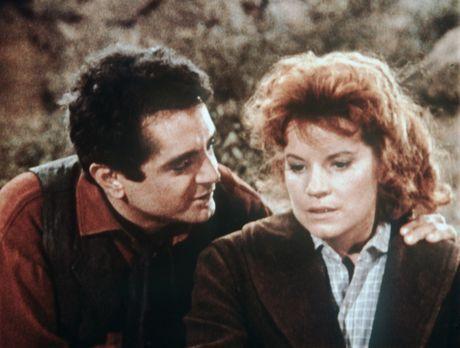 Bonanza - Emma (Julie Sommars, r.) kann nicht glauben, was ihr Mann Lee Hewit...