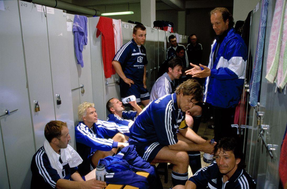 Der Regionalverein Babelsberg 03 steht kurz vor dem Abstieg. Victor (Jochen Horst, r.) materialisiert sich als Co-Trainer gerade in dem Moment, als... - Bildquelle: Spitz Sat.1