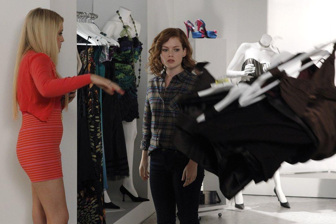 Sind sich über die Kleiderwahl der Party nicht einig: Tessas (Jane Levy, r.) und Dalia (Carly Chaikin, l.) ... - Bildquelle: Warner Bros. Television