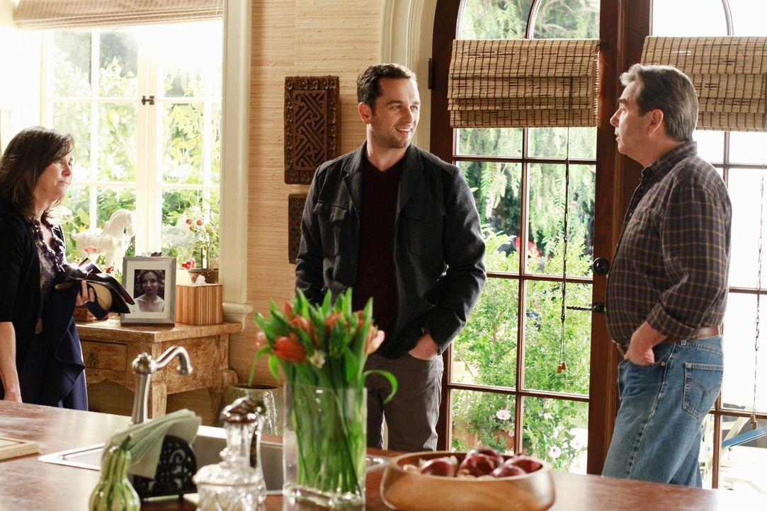 Zum ersten Mal trifft Kevin (Matthew Rhys, M.) auf die Jugendliebe (Beau Bridges, r.) seiner Mutter Nora (Sally Field, l.) ... - Bildquelle: 2011 American Broadcasting Companies, Inc. All rights reserved.