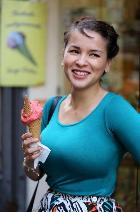 Selbst das Eis ist in Neapel für Rachel etwas ganz besonderes ... - Bildquelle: Richard Hall BBC 2014