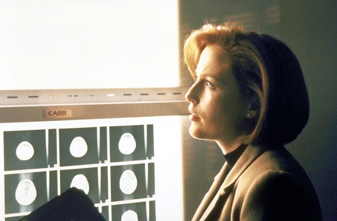 Scully (Gillian Anderson) stellt fest, dass der Körper des Teenagers bereits extreme Abnutzungserscheinungen aufweist. - Bildquelle: TM +   2000 Twentieth Century Fox Film Corporation. All Rights Reserved.