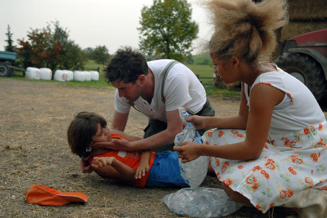 Kreislaufkollaps: Wie Arne Bergers (Stephan Szasz, M.) Sohn löeiden viele Menschen unter der seit Wochen anhaltenden Hitze ... - Bildquelle: Stephanie Kulbach Sat.1