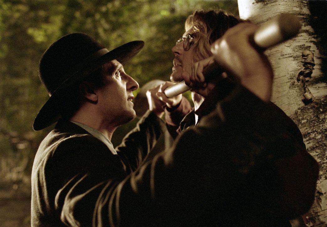 Eines Tages taucht in Morts (Johnny Depp, r.) selbst gewählter Einsamkeit ein mysteriöser Hinterwäldler (John Turturro, l.) auf und behauptet, de... - Bildquelle: Sony Pictures Television International. All Rights Reserved.