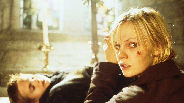 Mysteriöse Ereignisse wecken bei Kristie St. Clair (Laura Harris, r.) die gra...