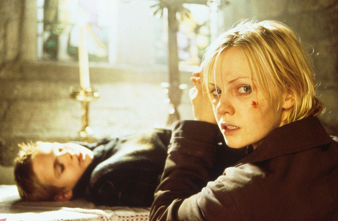 Mysteriöse Ereignisse wecken bei Kristie St. Clair (Laura Harris, r.) die grausige Befürchtung, dass ihr Sohn Dylan (Alex Roe, l.) mit dem Teufel... - Bildquelle: Constantin Film AG