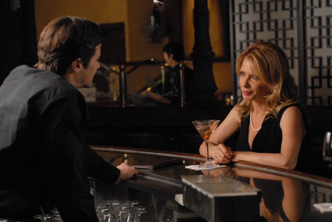 Der Barmann (Darsteller unbekannt) lässt sich auf einen heißen Flirt mit der Schriftstellerin Michelle Todd (Rosanna Arquette, r.) ein ... - Bildquelle: Paramount Network Television