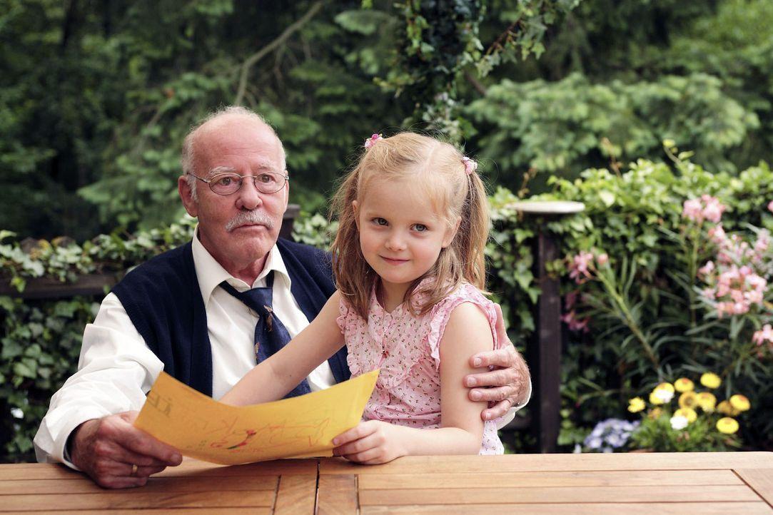 Leni (Paula Hartmann, r.), die mit ihren fünfeinviertel Jahren eigentlich schon schulreif ist, zeigt Hubert (Joost Siedhoff, l.) stolz, was sie gema... - Bildquelle: Christian Hartmann Sat.1