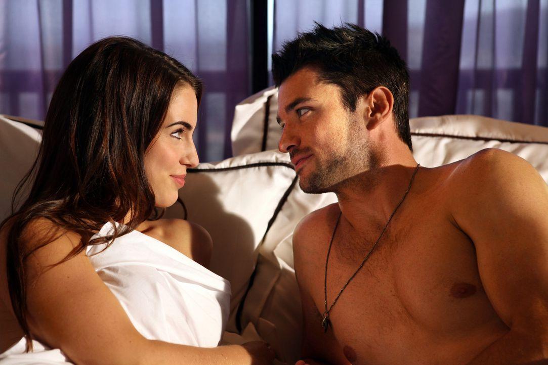 Adrianna (Jessica Lowndes, l.) fliegt für einen Auftritt nach Las Vegas und steigt dort mit einem Kerl namens Taylor (Wes Brown, r.) ins Bett, der... - Bildquelle: 2012 The CW Network. All Rights Reserved.