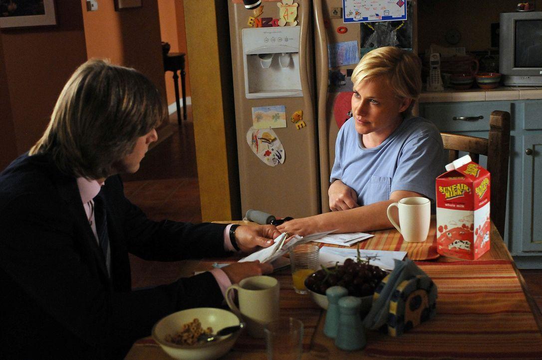 Joe (Jake Weber, l.) macht sich Sorgen um seine Frau Allison (Patricia Arquette, r.) ... - Bildquelle: Paramount Network Television
