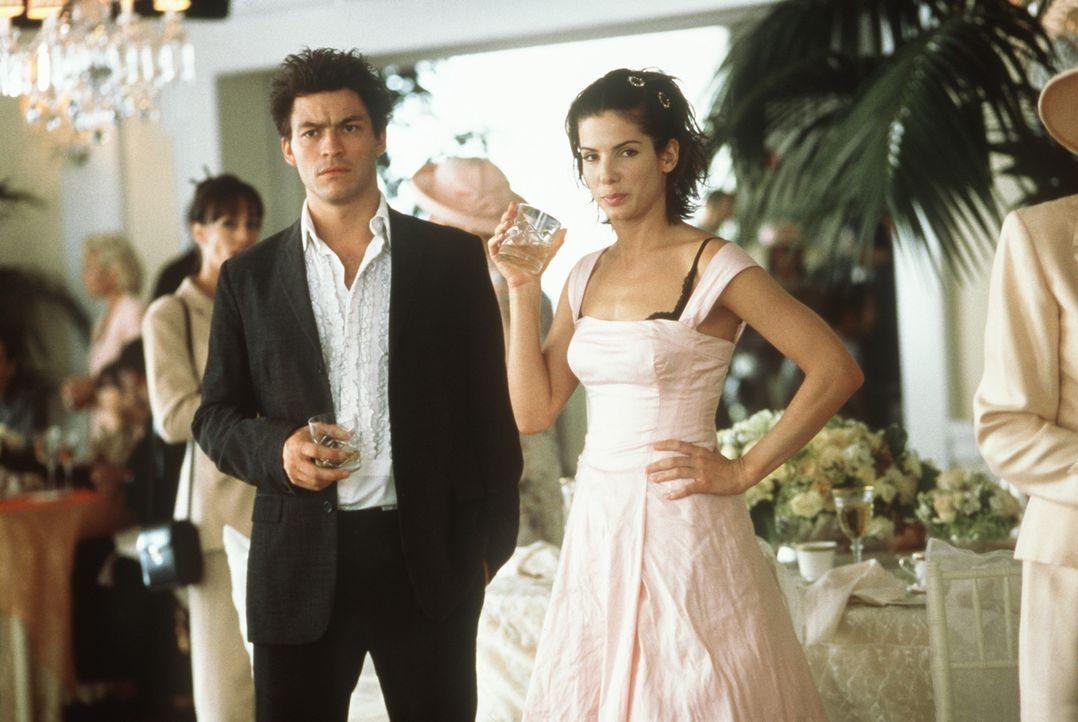 Die Partyschrecks Jasper (Dominic West, l.) und Gwen (Sandra Bullock, r.) machen sich schon mal warm ... - Bildquelle: Columbia TriStar Film GmbH