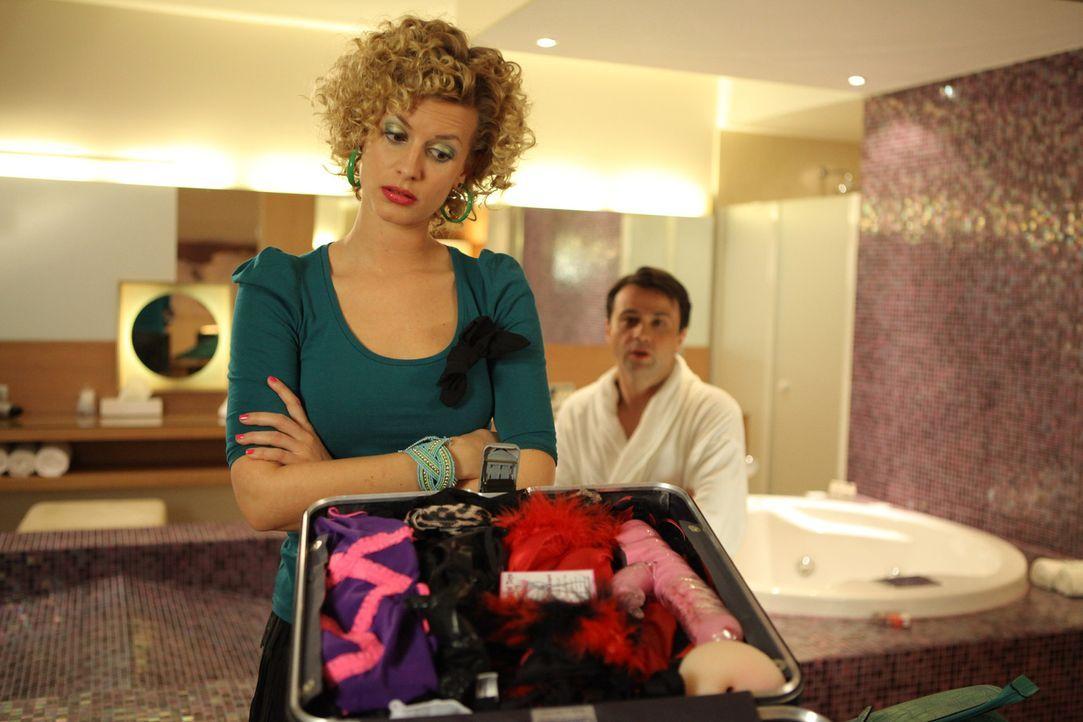 Auf den Rat ihres Freundes Klausi hin, gibt Rike (Theresa Underberg, l.) alles, um Hotelbesitzer Steinke (Michael Rotschopf, r.) davon zu überzeugen... - Bildquelle: Petro Domenigg SAT.1