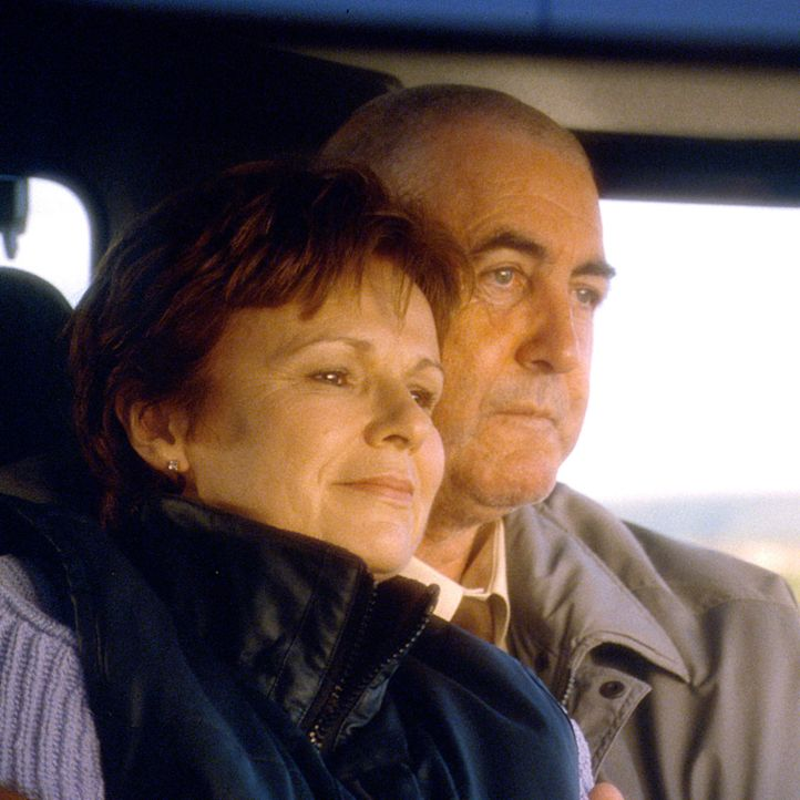 Annie Clarke (Julie Walters, l.) und ihr Mann John (John Alderton, r.) wissen, dass ihnen nicht mehr viel gemeinsame Zeit bleibt, denn bei John wurd... - Bildquelle: Jamie Midgley Buena Vista Pictures Distribution /   Touchstone Pictures. All Rights Reserved.