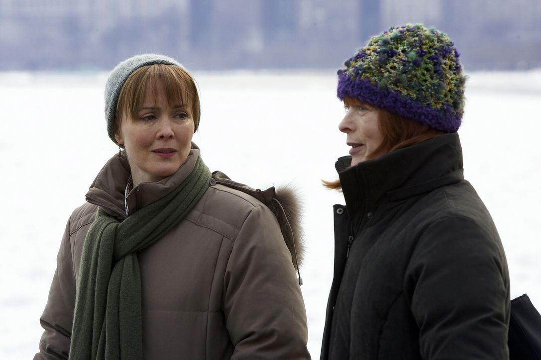 Kerry Weaver (Laura Innes, l.) trifft in der Notaufnahme auf ihre leibliche Mutter (Frances Fisher, r.), die sich als Patientin ausgegeben hat. Zunä... - Bildquelle: WARNER BROS