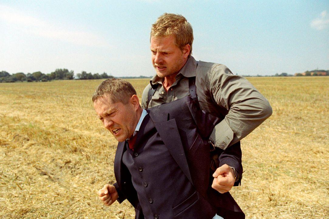 Leo (Henning Baum, r.) fasst den flüchtenden Oberstaatsanwalt Ruger (Udo Schenk, l.). - Bildquelle: Christian A. Rieger Sat.1