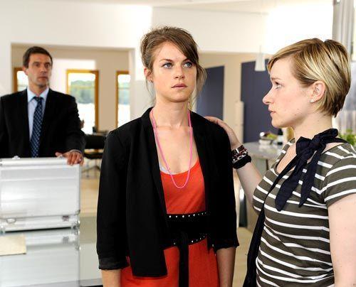Während sich Stefan Sorgen um seinen Sohn Ben macht, kümmert sich Emma liebevoll um Jenny. - Bildquelle: Christoph Assmann - Sat1