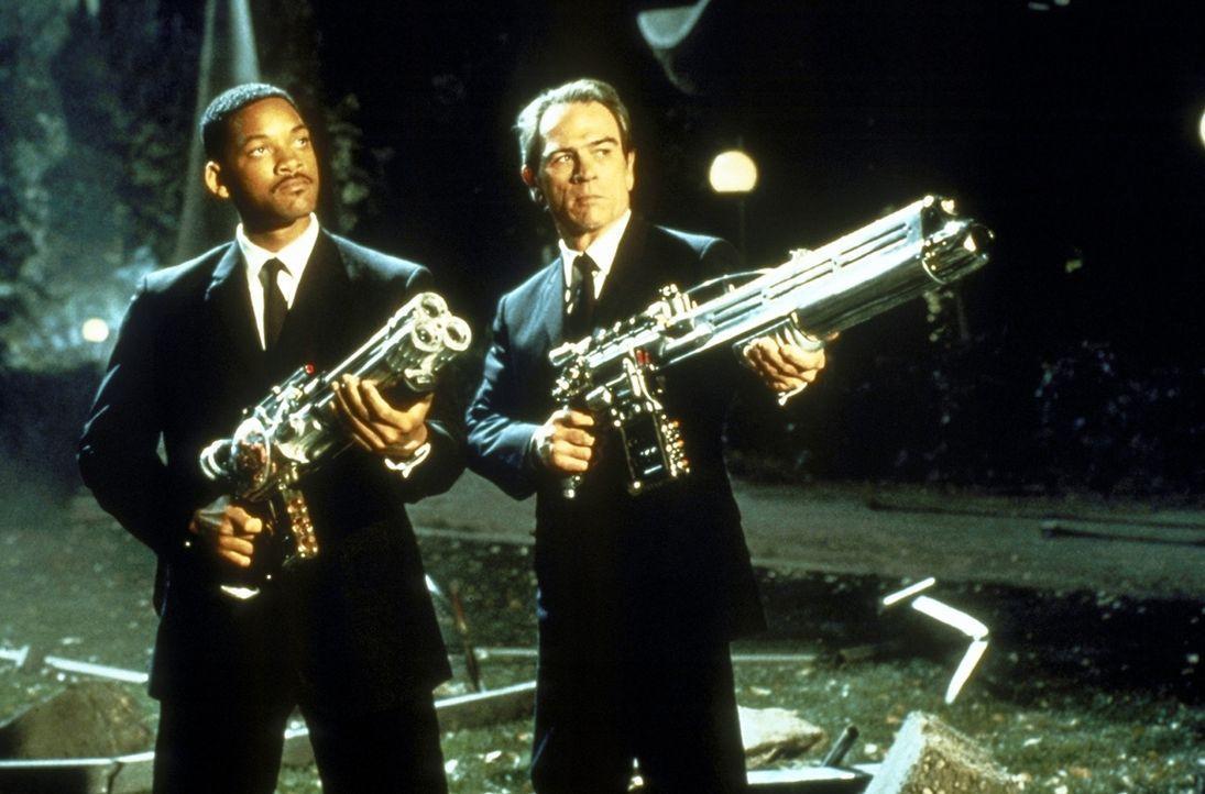 Die beiden Agenten im Kampf gegen die feindseligen Aliens: K (Tommy Lee Jones, r.) und J (Will Smith, l.) ... - Bildquelle: Columbia TriStar