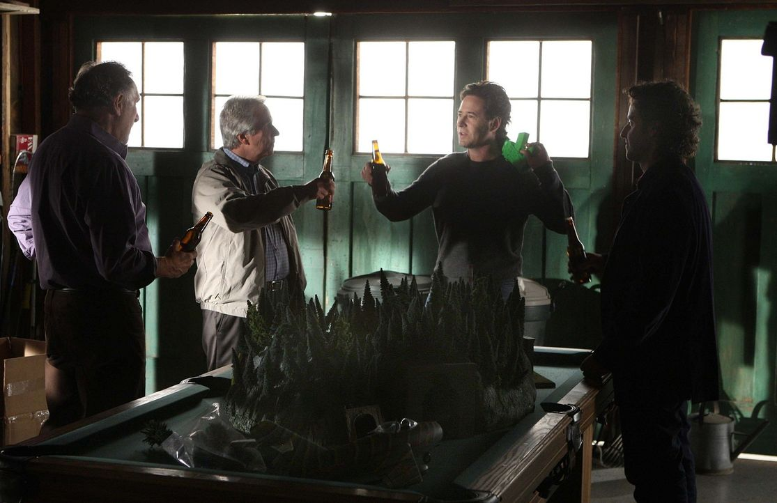 Um einen neuen Fall aufzuklären arbeiten alle zusammen: Don (Rob Morrow, 2.v.r.), Charlie (David Krumholtz, r.), Alan (Judd Hirsch, l.) und Roger Bl... - Bildquelle: Paramount Network Television