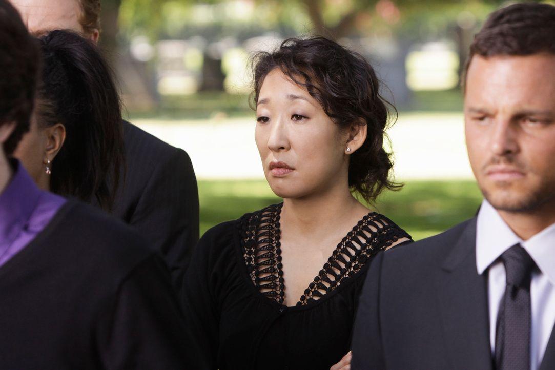 Der Tod von George ist für alle ein Schock: Cristina (Sandra Oh, l.) und Alex (Justin Chambers, r.) .... - Bildquelle: Touchstone Television