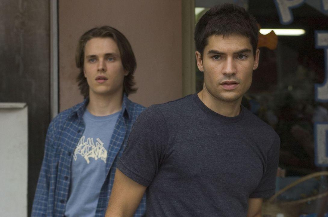 Noch ahnen die beiden Freunde Sean (D. J. Cotrona, r.) und Eric (Jonathan Jackson, l.) nicht, dass auf sie das nackte Grauen in den Sümpfen Louisia... - Bildquelle: Miramax Film Corp. All rights reserved.