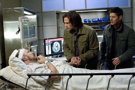 Supernatural - Es steht schlecht um Bobby (Jim Beaver, l.). Doch Sam (Jared P...