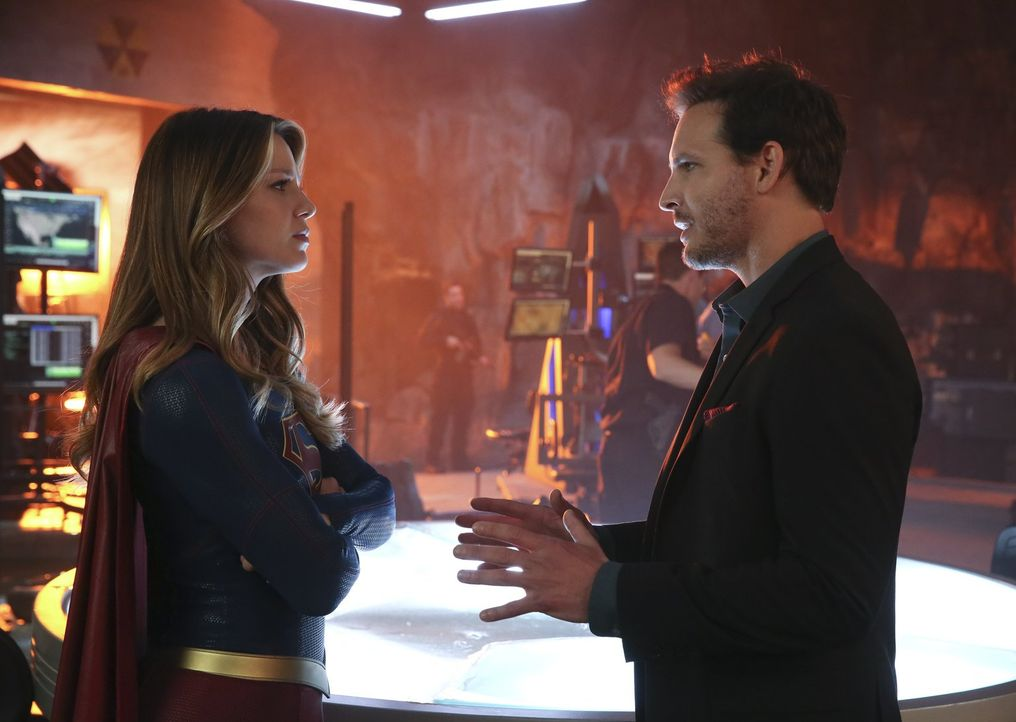 Maxwell Lord (Peter Facinelli, r.) macht sich Sorgen, dass Kara alias Supergirl (Melissa Benoist, l.) Non und Indigo allein nicht aufhalten kann. Be... - Bildquelle: 2015 Warner Bros. Entertainment, Inc.
