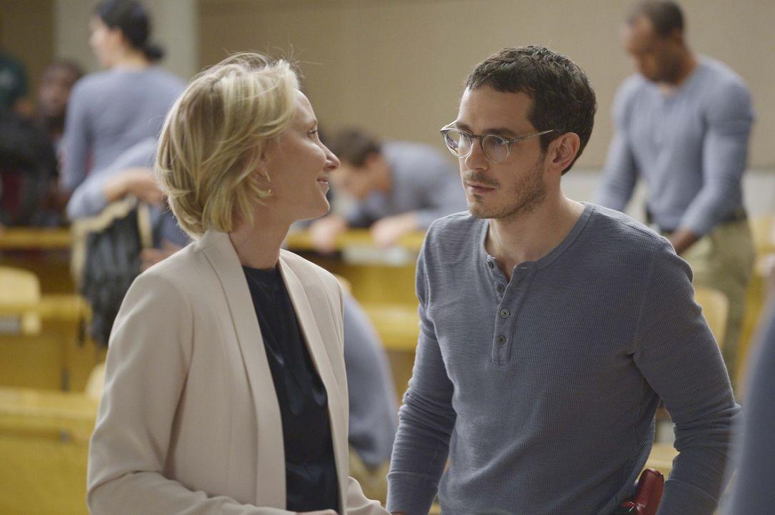 Dr. Susan Langdon (Anne Heche, l.), eine ehemalige FBI-Agentin und Profilerin, soll den Rekruten beibringen, wie man unter verschiedenen Verdächtige... - Bildquelle: Philippe Bosse 2015 ABC Studios