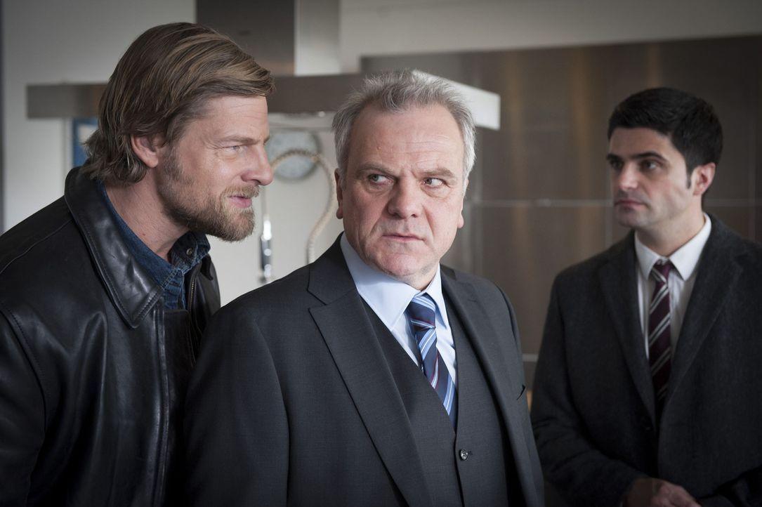 Uschi wird des Mordes beschuldigt, doch ihre Freunde Mick (Henning Baum, l.) und Andreas (Maximilian Grill, r.) können das nicht glauben und beginn... - Bildquelle: Martin Rottenkolber SAT.1