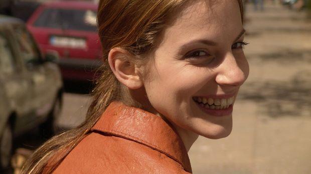 Andrea (Marie Zielcke) ist es gewohnt hart zu arbeiten und glaubt, dass sie e...