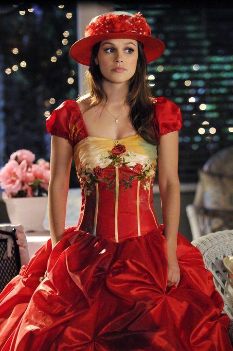 """Um dem elitären Kreis der """"Bluebell Belles"""" beitreten zu dürfen, muss Zoe (Rachel Bilson) ein Aufnahmeritual über sich ergehen lassen, das sich gewa... - Bildquelle: Warner Bros."""