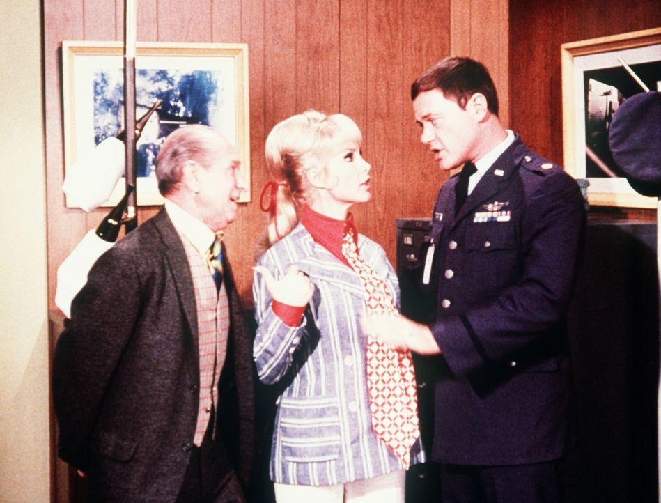 Um die Heiratserlaubnis zu bekommen, muss Jeannie (Barbara Eden, M.) einen Bluttest vornehmen lassen. Da aber ein Dschinn grünes Blut hat, beratschl...