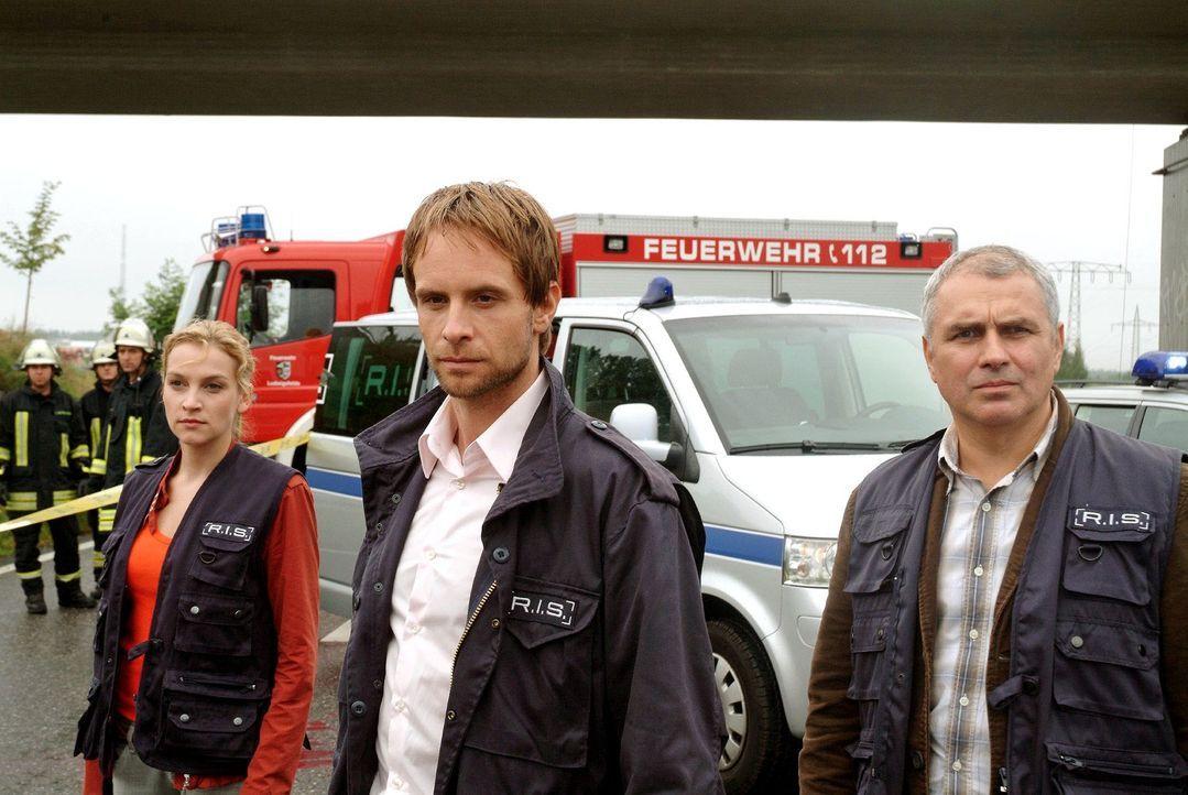 Ein Mann wurde auf einer Autobahn von einem Vierzigtonner überrollt. Philip (Julian Weigend, M.), Marie (Jana Klinge, l.) und Paul (Hansa Czypionka,... - Bildquelle: Christoph Assmann Sat.1