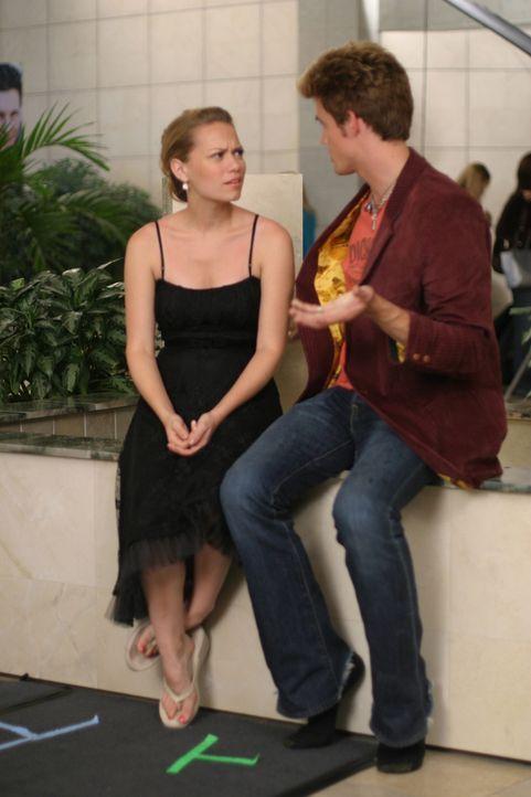 Die Dates verlaufen anfangs nicht zur Zufriedenheit von Haley (Bethany Joy Galeotti, l.) und Chris (Tyler Hilton, r.) ... - Bildquelle: Warner Bros. Pictures