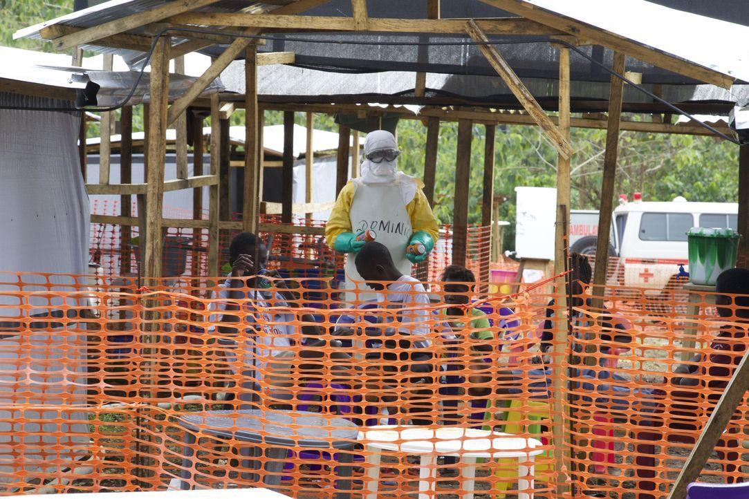 """""""Unreported World"""" besucht die Ärzte ohne Grenzen in Sierra Leones erstem Ebola-Behandlungszentrum. Zwei Wochen voll Kummer, Mut und erstaunlichen G... - Bildquelle: Quicksilver Media"""