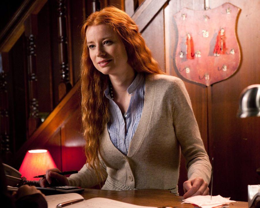 Clark und Lois wollten eigentlich auf ein romantisches Date, doch die Besitzerin ihres Hotels (Odessa Rae) hat ein düsteres Geheimnis: Sie ist ein T... - Bildquelle: Warner Bros.