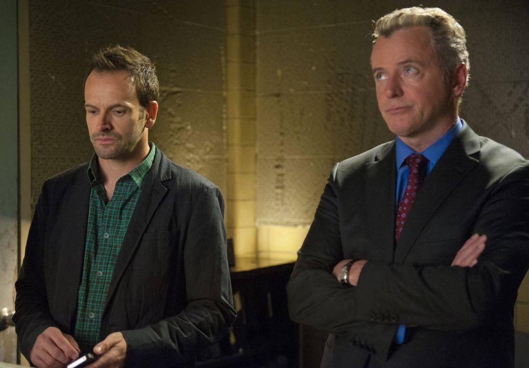 Versuchen, einen neuen Fall zu lösen: Holmes (Jonny Lee Miller, l.) und Gregson (Aidan Quinn, r.) ... - Bildquelle: CBS Television