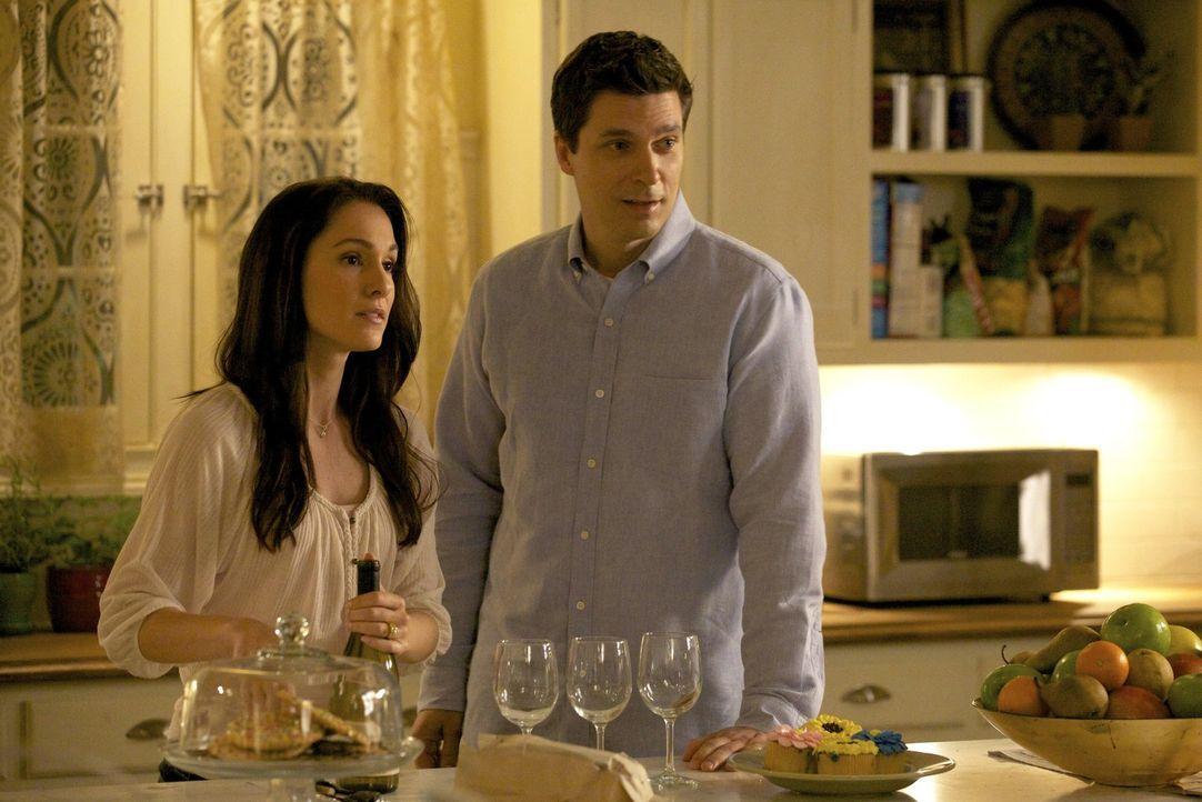 In Elenas Träumen tauchen häufig ihre Eltern Miranda (Erin Beute, l.) und Grayson (Jason MacDonald, r.), die bei einem Autounfall ums Leben gekomm... - Bildquelle: Warner Brothers