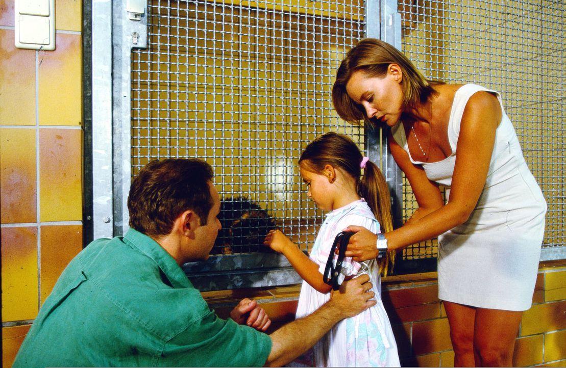 Die kleine Alina (Paula Schramm, M.) muss ihren geliebten Dackel Cappuccino im Tierheim abgeben, da sie unter einer schweren Hundeallergie leidet. I... - Bildquelle: Krajewsky Sat.1