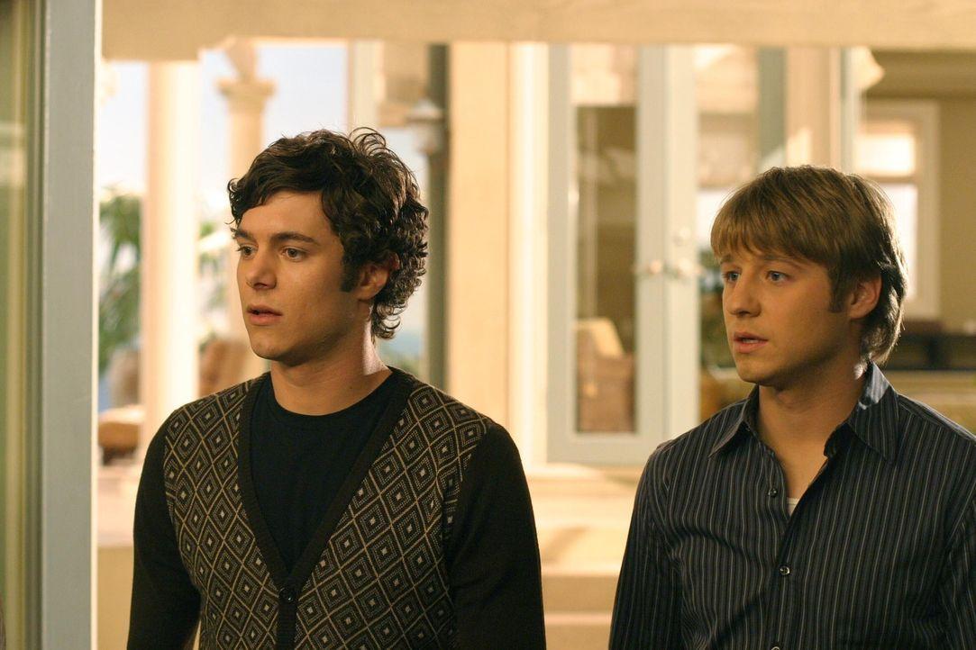 Durch Zufall erfahren Seth (Adam Brody, l.) und Ryan (Benjamin McKenzie, r.) von Sandy, dass Lindsay Calebs Tochter ist ... - Bildquelle: Warner Bros. Television