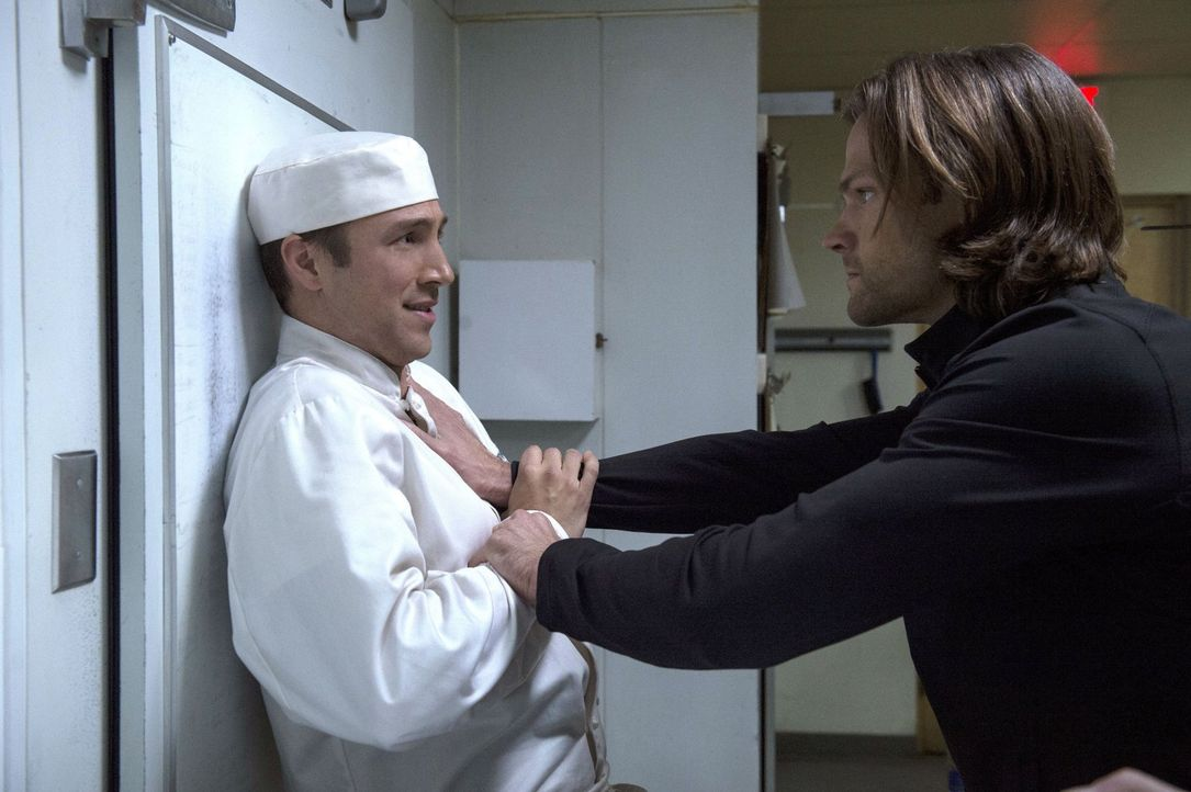 Bei seinen Recherchen trifft Sam (Jared Padalecki, r.) auf den Koch (Brendon Zub, l.) des Wellnesstempels, aber hat dieser wirklich etwas mit den se... - Bildquelle: 2013 Warner Brothers