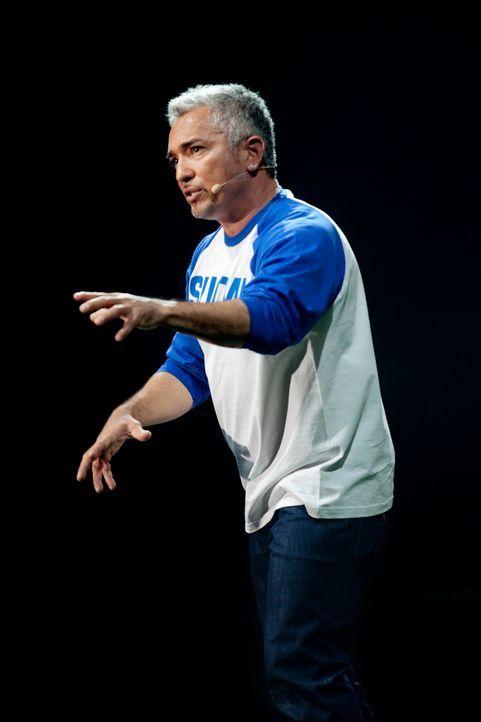 On stage: Cesar Millan lässt es sich in Finnland nicht nehmen, seine Überzeugungen zu verbreiten ... - Bildquelle: Anders Birch Anders Birch